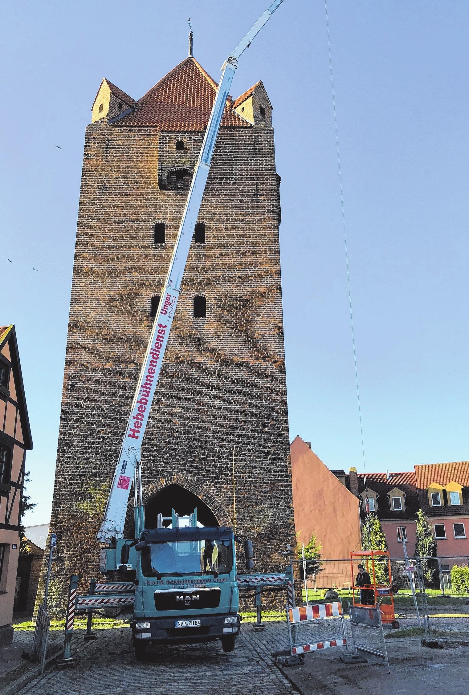 Hier konnte das Team der Bodstedter helfen: Damit das Dammtor in Barth wieder passierbar ist, holte das Unternehmen lose Dachziegel vom Turm.