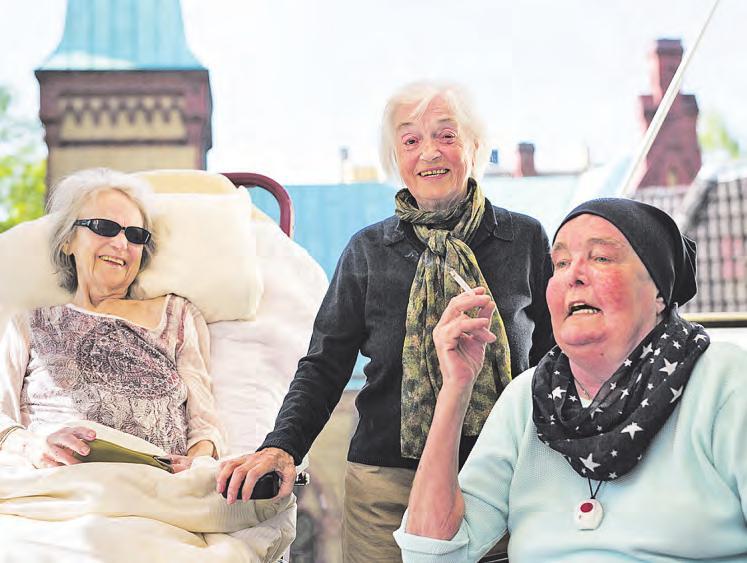 Die Stimmung im Hospiz kann auch mal ausgelassen sein, die Terrasse ist ein beliebter Treffpunkt Foto: Heinrich Holtgreve