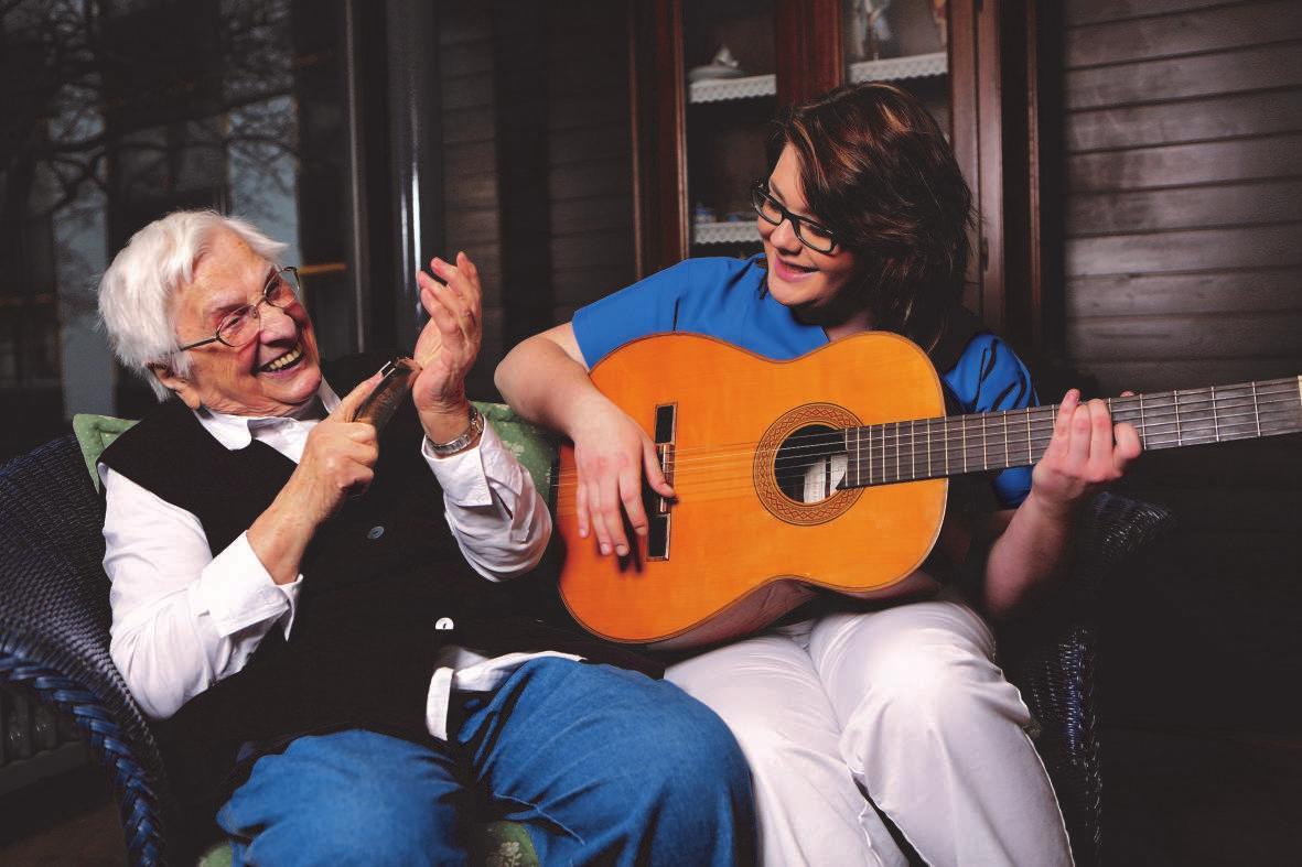 Edina Basic hat im Friederica-von Ellendsheim-Haus ihre Ausbildung zur Altenpflegerin absolviert. Hier musiziert sie mit der Bewohnerin Charlotte Schwark. FOTO: HFR