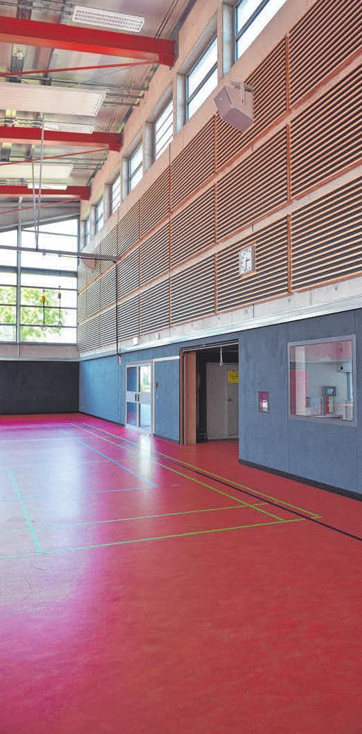 Innen schlucken vom Förderverein Schlierbach und Sporthalle e.V. selbstgebaute Absorberplatten den Schall