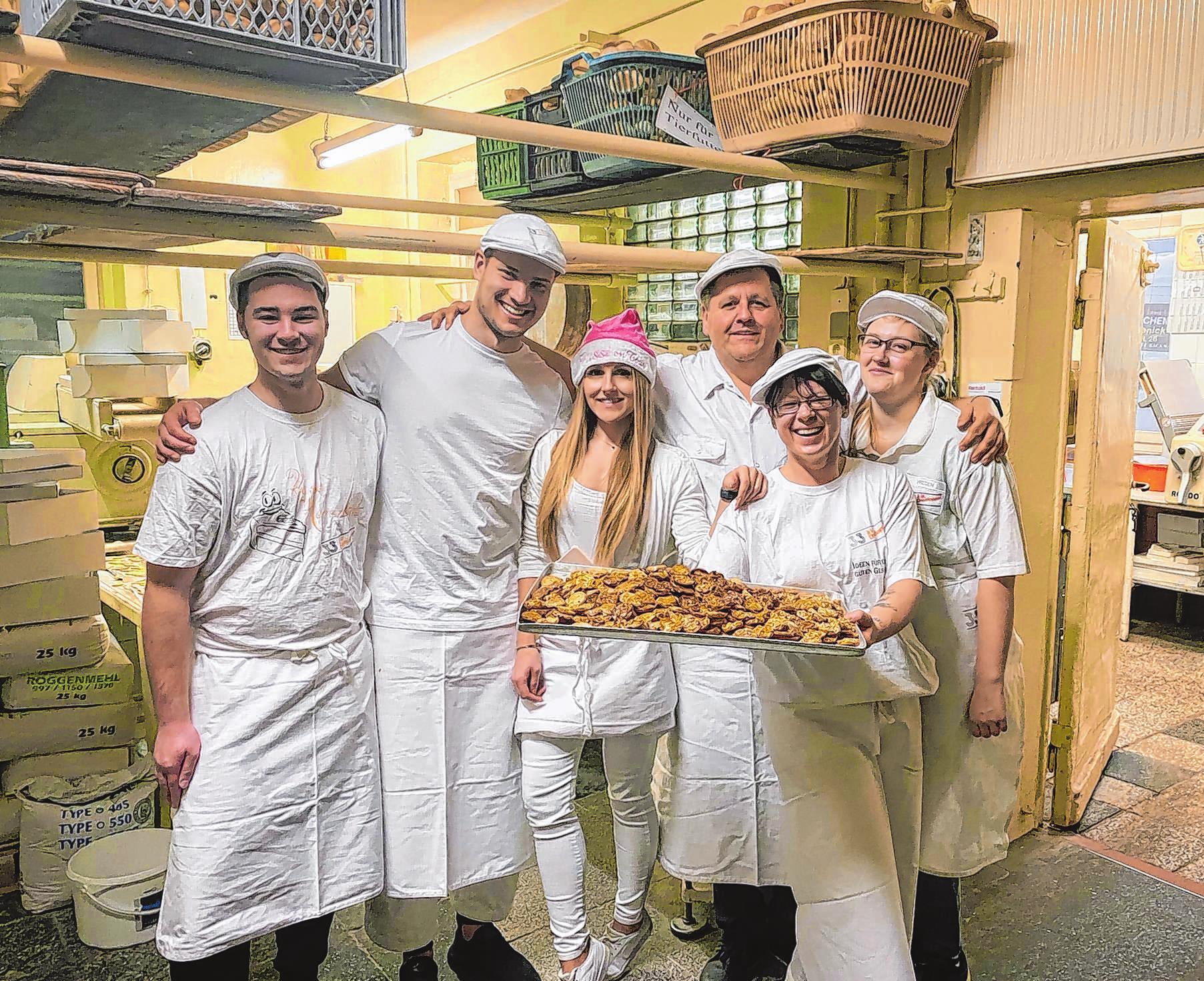 Die ganze Familie bäckt zusammen Kekse in der Bäckerei eines Freundes. Von links: Bruder Dennis, Freund Marius, Pamela, Papa Stephan, Mama Sabine und Schwester Samanta Jülke.