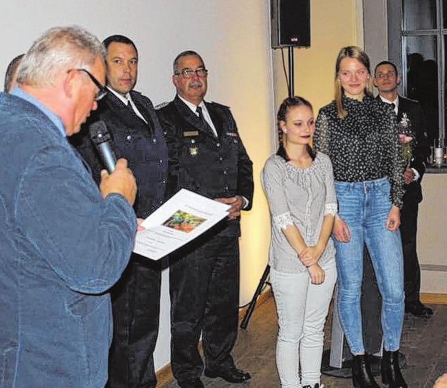 Bürgermeister Dietrich Neick ernannte Michelle Golla und Maja Siedenschnur von der Jugendfeuerwehr zur Feuerwehrfrauanwärterinnen.