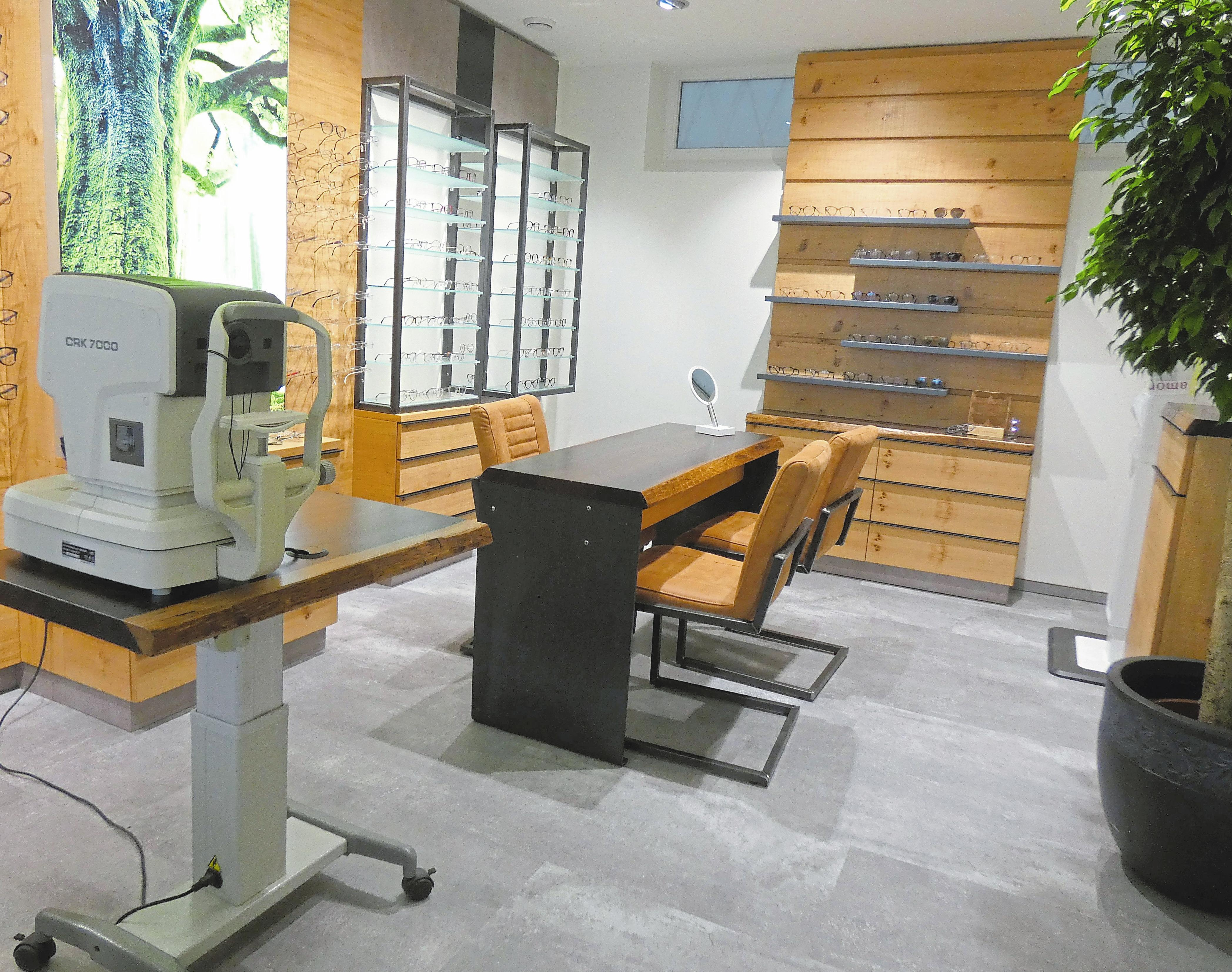 Holz, Naturfußböden und Grünpflanzen steigern das Ambiente des neugestalteten Optikbereiches von Uhren Optik Schmuck Pieper.