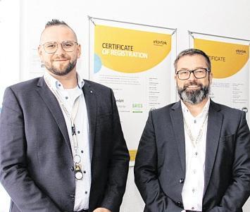 Lars Maslowski, Head of Human Resources (r.i.B.) und Benjamin Kress, HR Manager Recruiting, sind bei Ayanda für die Personalentwicklung verantwortlich. FOTO: MARINA LENTH