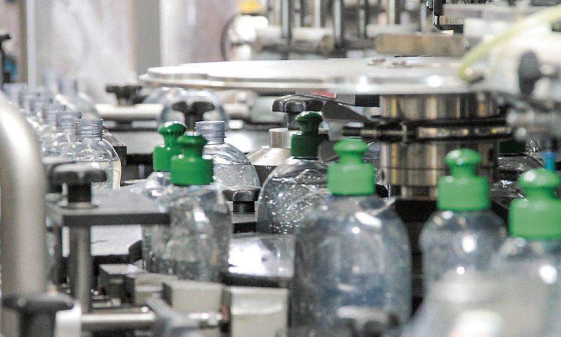 Flaschen und Verschlüsse aus recyceltem Kunststoff: So bleiben die Rohstoffe im Kreislauf. Bilder: VDI ZRE