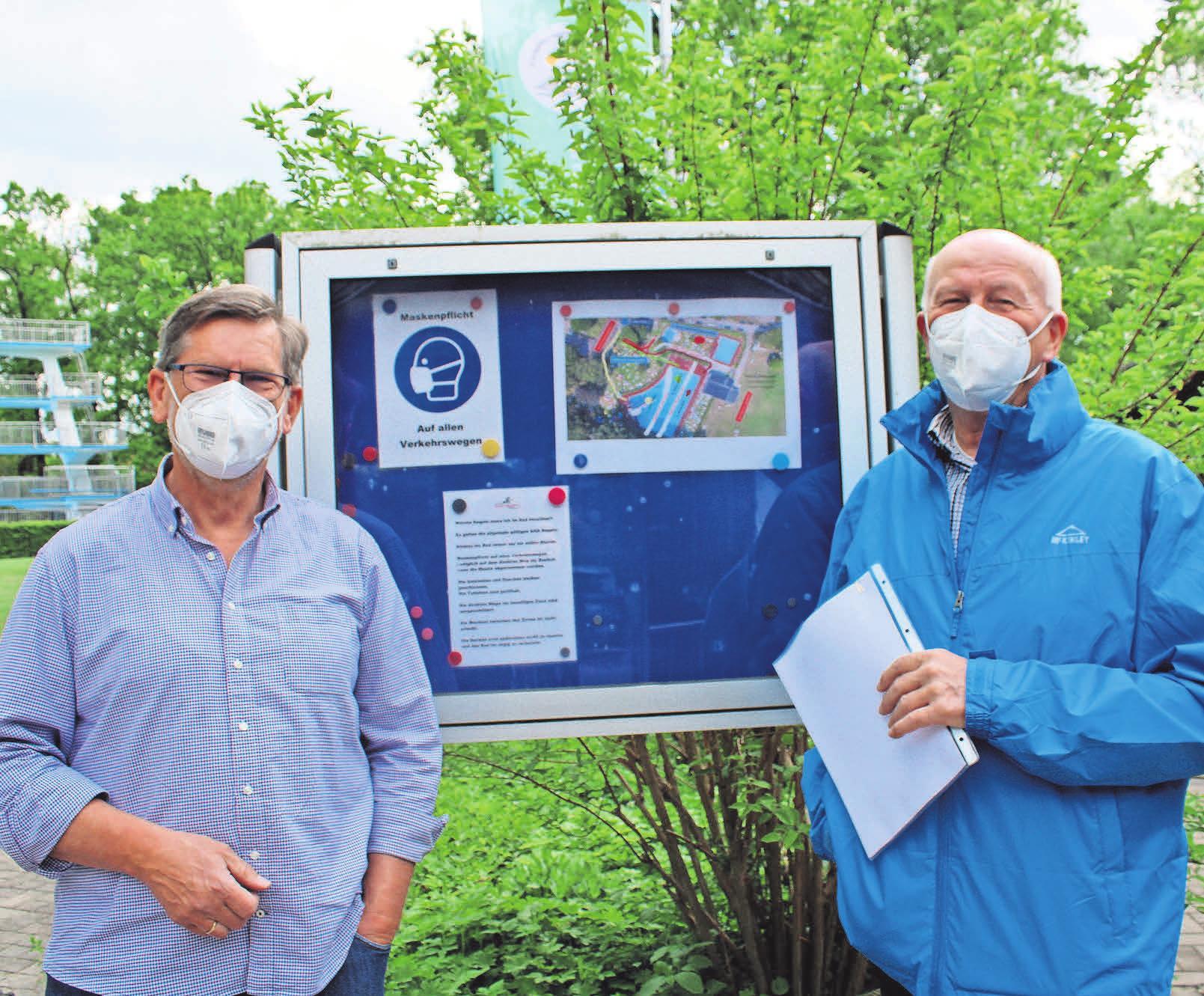 Werner Wiedenroth (links) und Rainer Lindenberg vom Vorstand der Freibadgenossenschaft Hänigsen freuen sich, dass die Saison – wenn auch unter strengen Auflagen – beginnen kann.