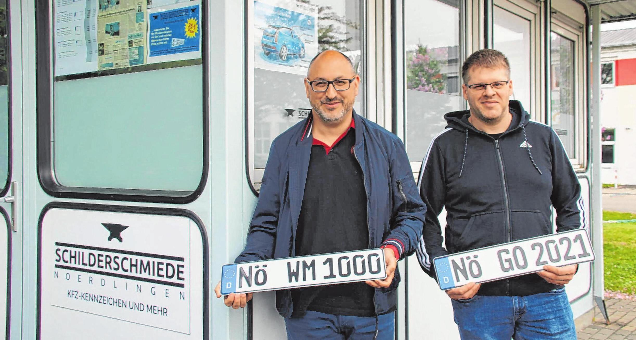 Stefan Müller (rechts) und Mario Wörle bieten seit fünf Jahren Kennzeichen zu günstigen Preisen an. Foto: Maximilian Bosch