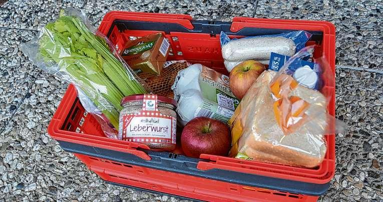 Wer nicht selbst in die Geschäfte möchte, kann Dank hilfsbereiter Mitbürger dennoch einen nach Wunsch gefüllten Einkaufskorb vor der Tür finden. Foto: Möller