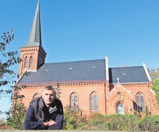 Gemeindepastor Erhard Graf vor der Kirche in Klein Wesenberg.