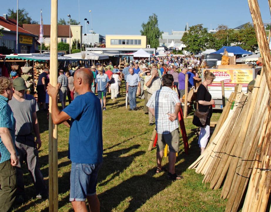 Beim Ilsfelder Holzmarkt wird traditionell gefeiert, gehandelt, verkauft und es werden viele Informationen ausgetauscht. Foto: privat