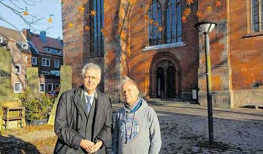 Pastor Bernd Schwarze und Frank Peschlow (re.) vor dem neuen vorweihnachtlichen Sternenhimmel. FOTO: MPA