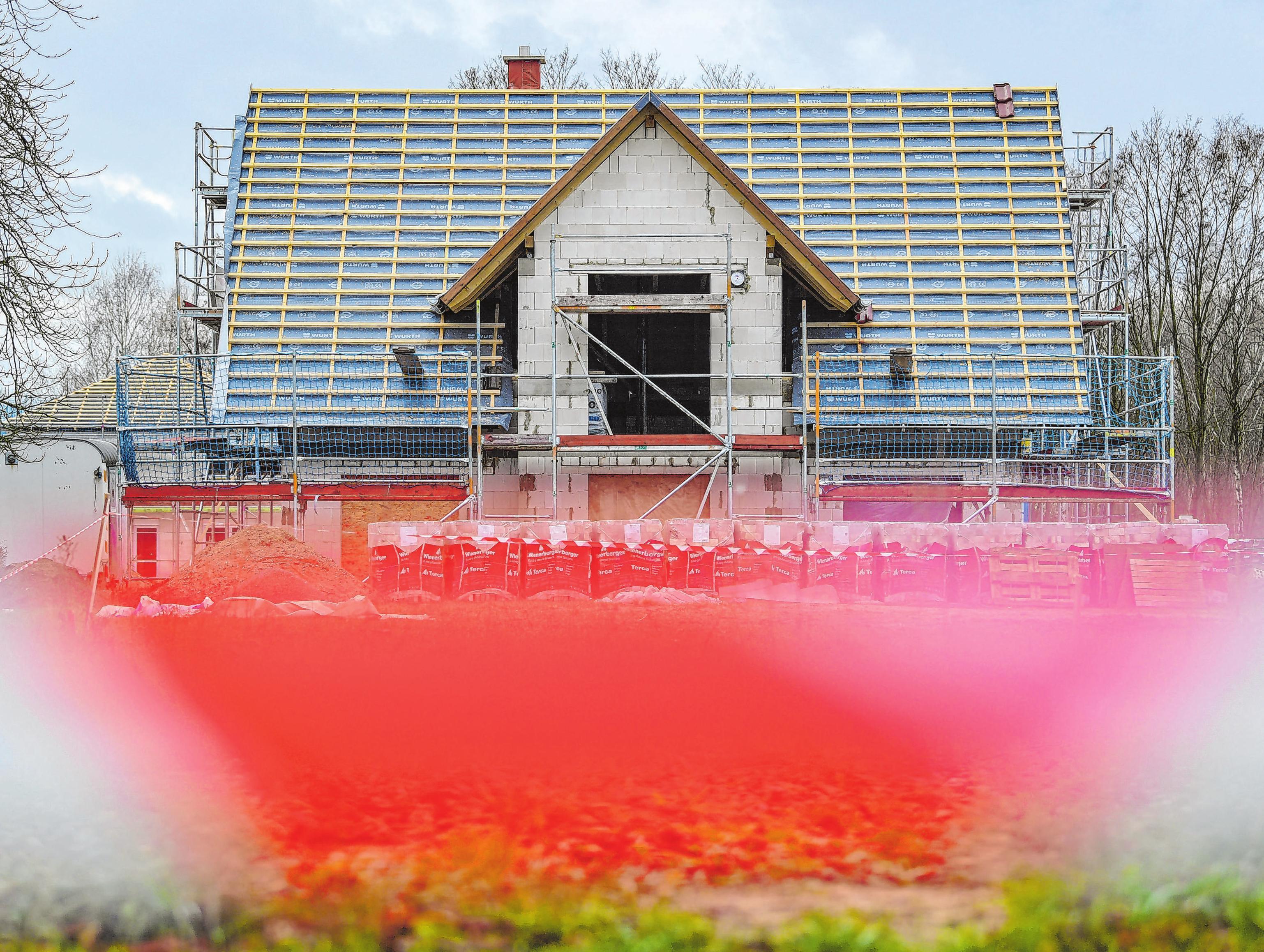 Der Bau eines Eigenheims kann entscheidend beeinflusst werden durch den Grund, auf dem das künftige Gebäude stehen soll. Foto: Patrick Pleul/dpa-Zentralbild