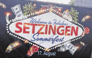 Große Banner werben für das Sommerfest.
