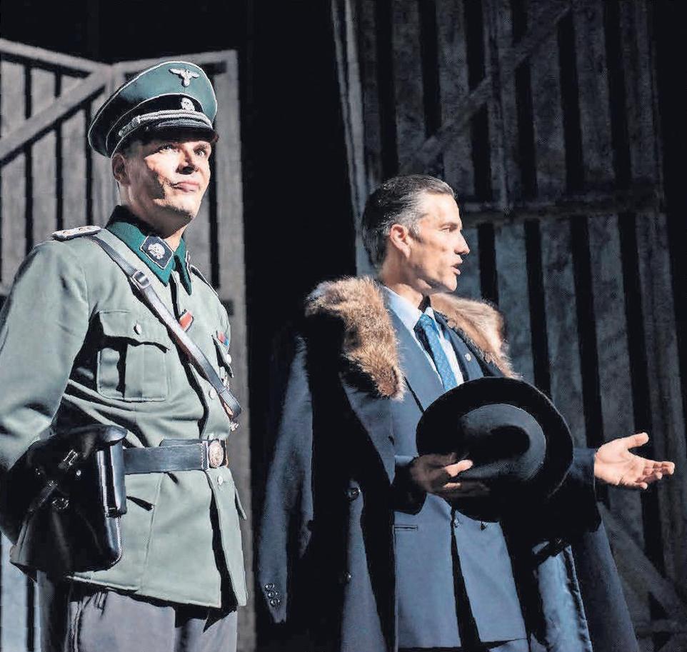 Mit Armin Riahi (links), der überaus eindringlich den Lagerkommandanten Amon Göth spielt, und Stefan Bockelmann, der Oskar Schindler verkörpert, hat Florian Battermann zwei Rollen ideal besetzt.