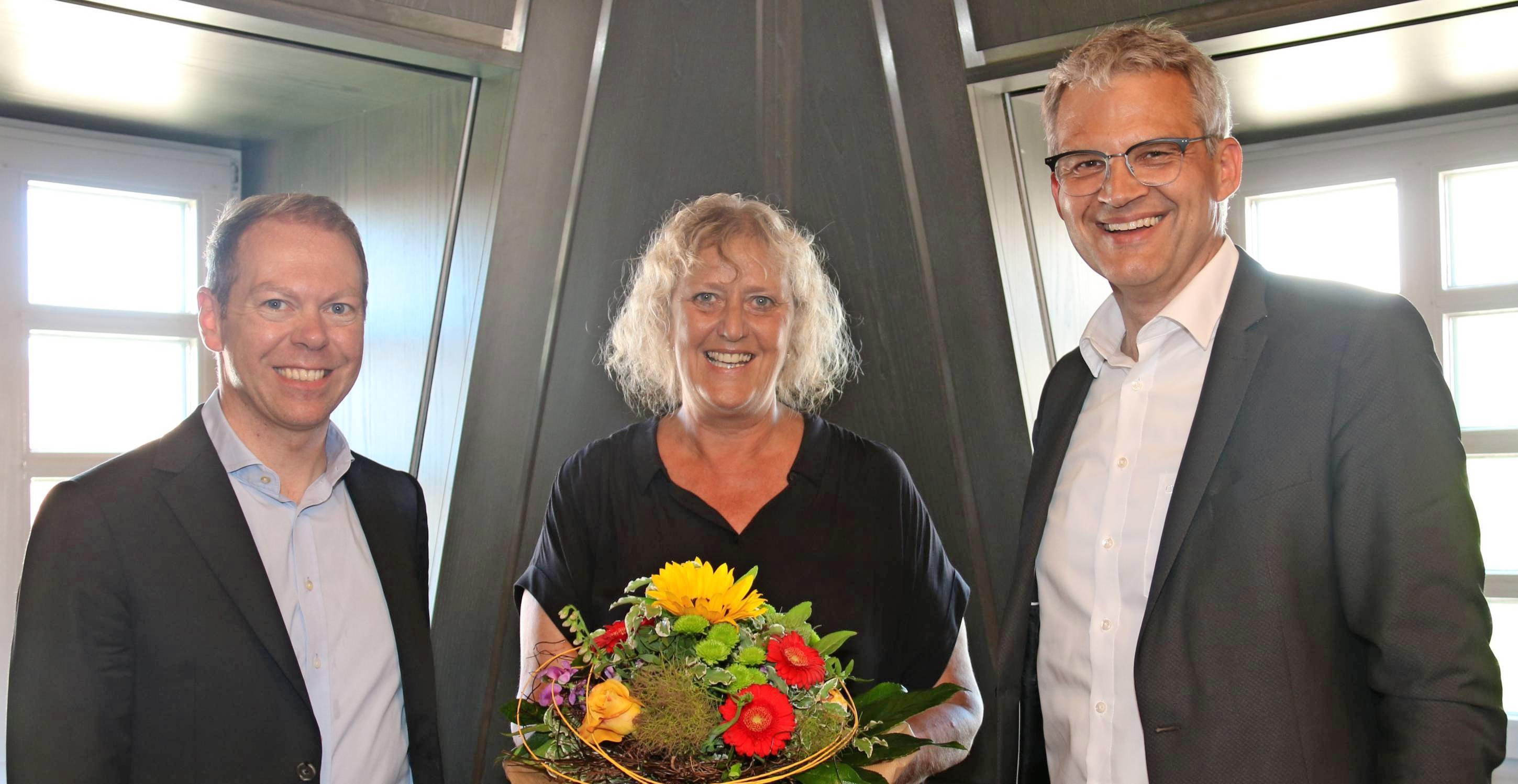 OB Steffen Hertwig (re.) dankte Ursula Stiefken und Dr. Torsten Briegel von den Stadtwerken Heilbronn für die professionelle Aquatoll-Betriebsführung. Foto: snp