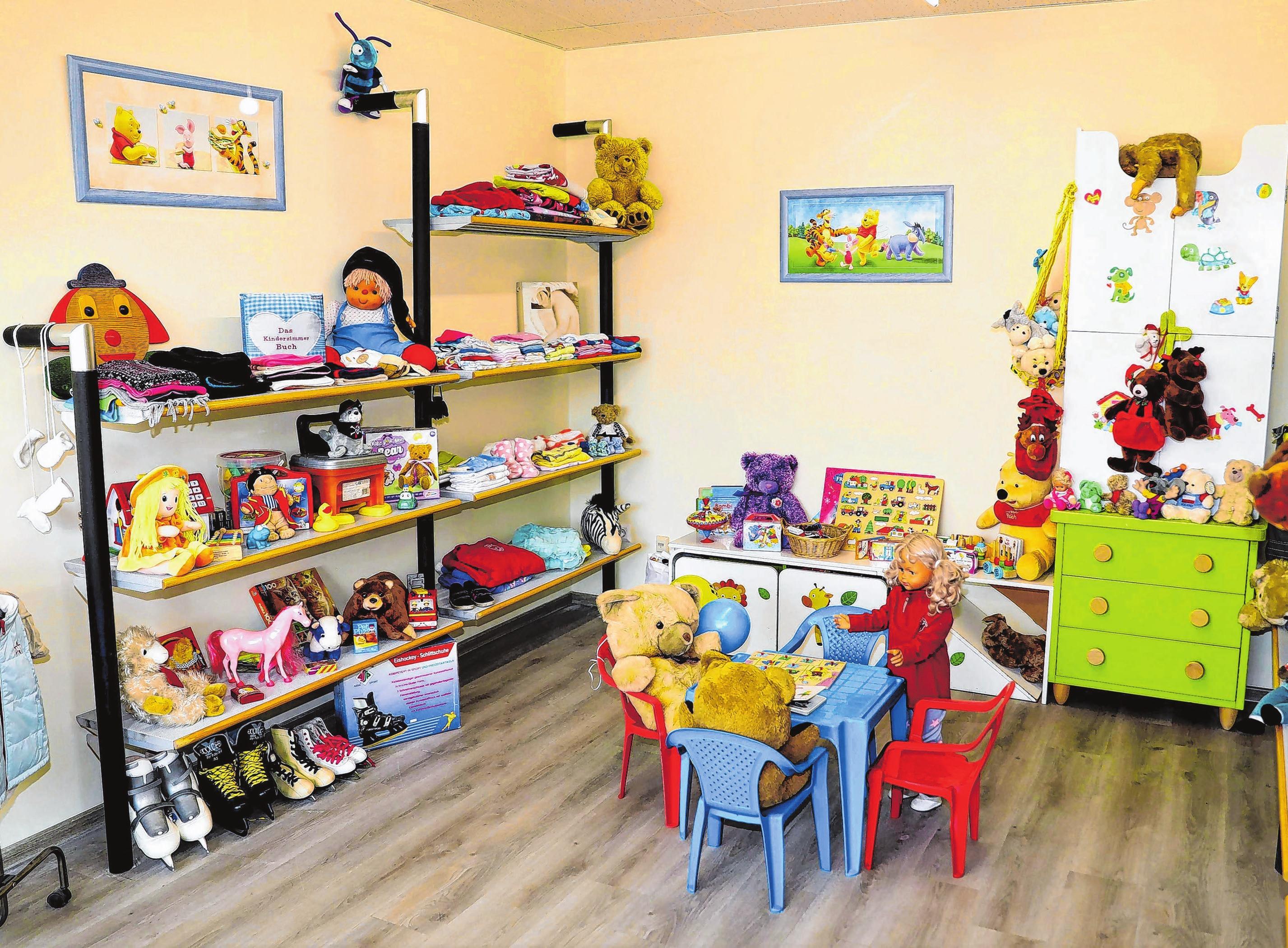 In der Abteilung für Kinder sind Möbel, Bekleidung und Spielsachen zu haben.