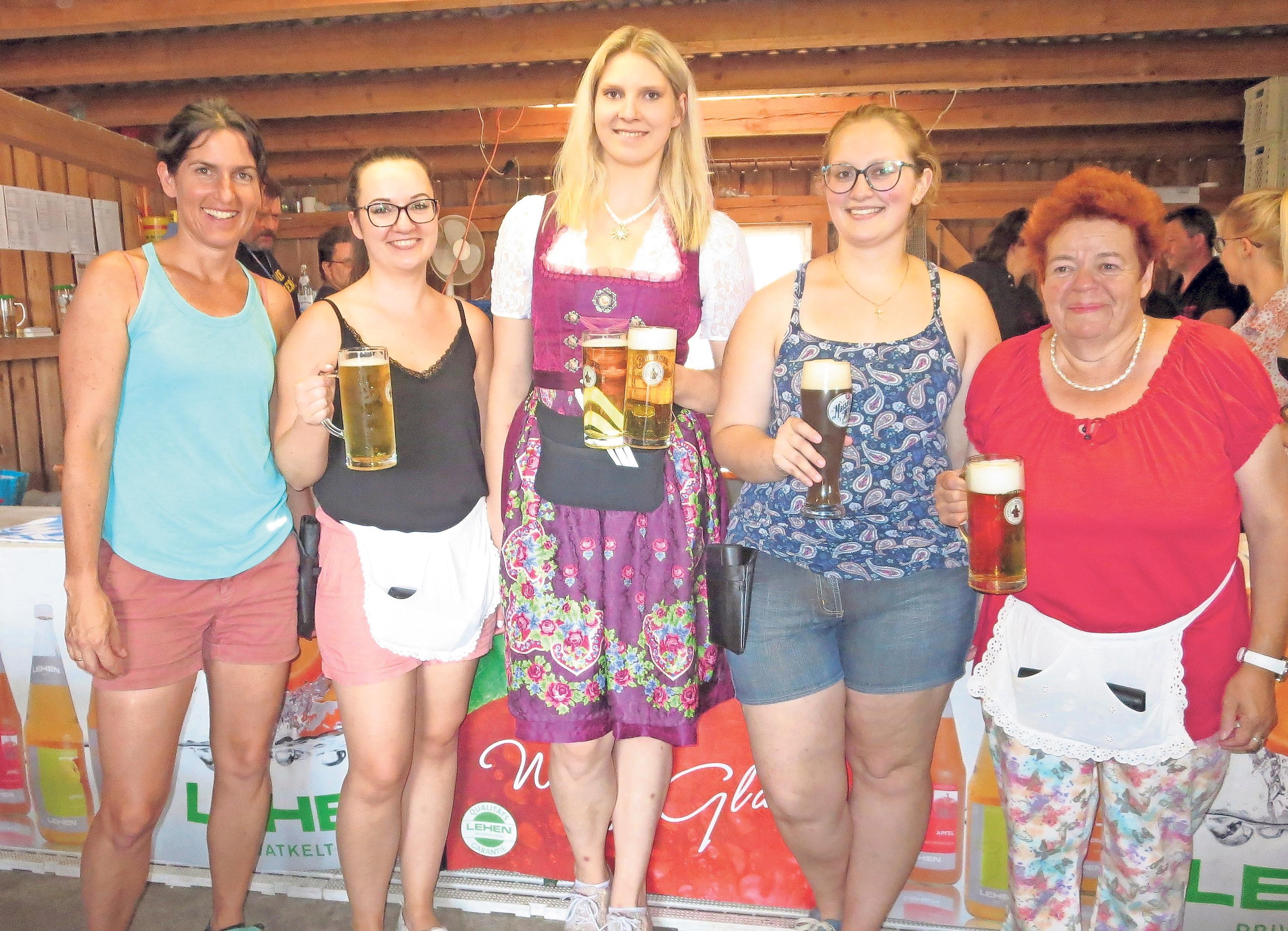 Sorgen dafür, dass alle Gäste bewirtet werden: Katja Eismann, Anja Zimmermann, Marlene Raab, Linda Reiß und Lisa Haug.