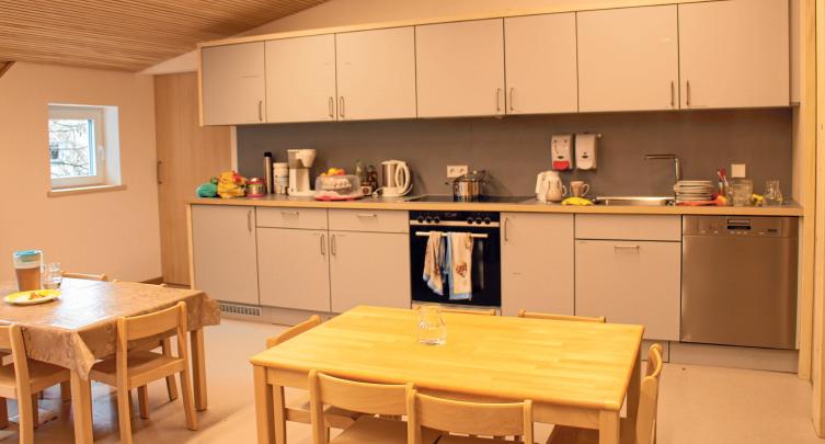 Im Neubau befindet sich eine Großraumküche mit Essbereich.