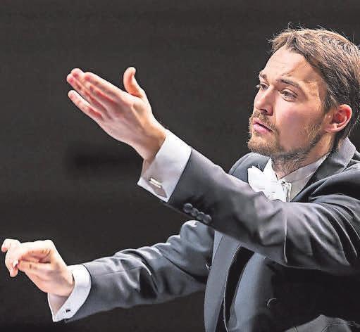 Dirigent Dominic Limburg leitet die Aufführung. FOTO: PRIVAT
