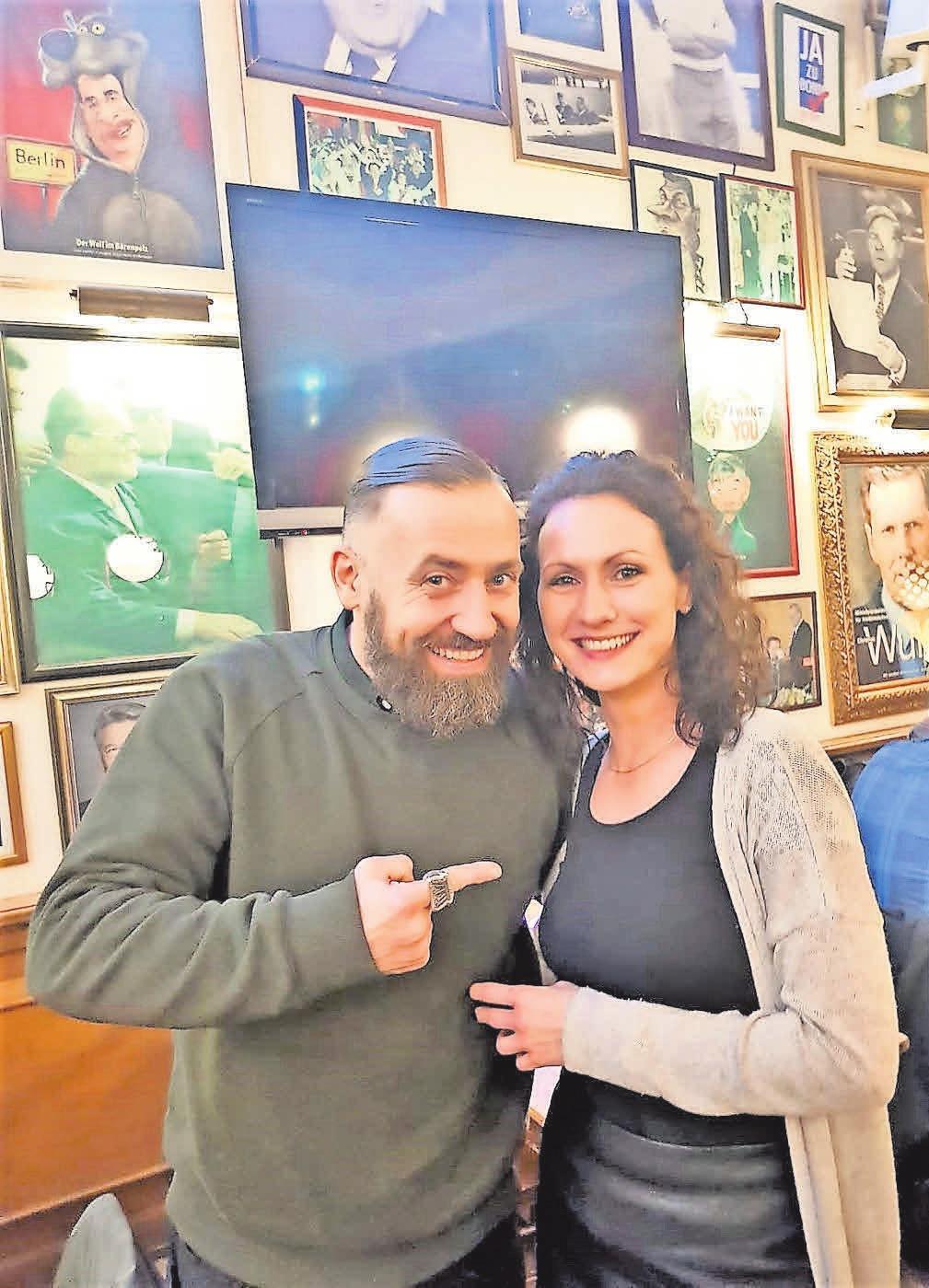 Hauptdarsteller Bürger Lars Dietrich freut sich mit Christina Heine, Mitarbeiterin der Komödie im Theater am Aegi, über den gelungenen Abend.