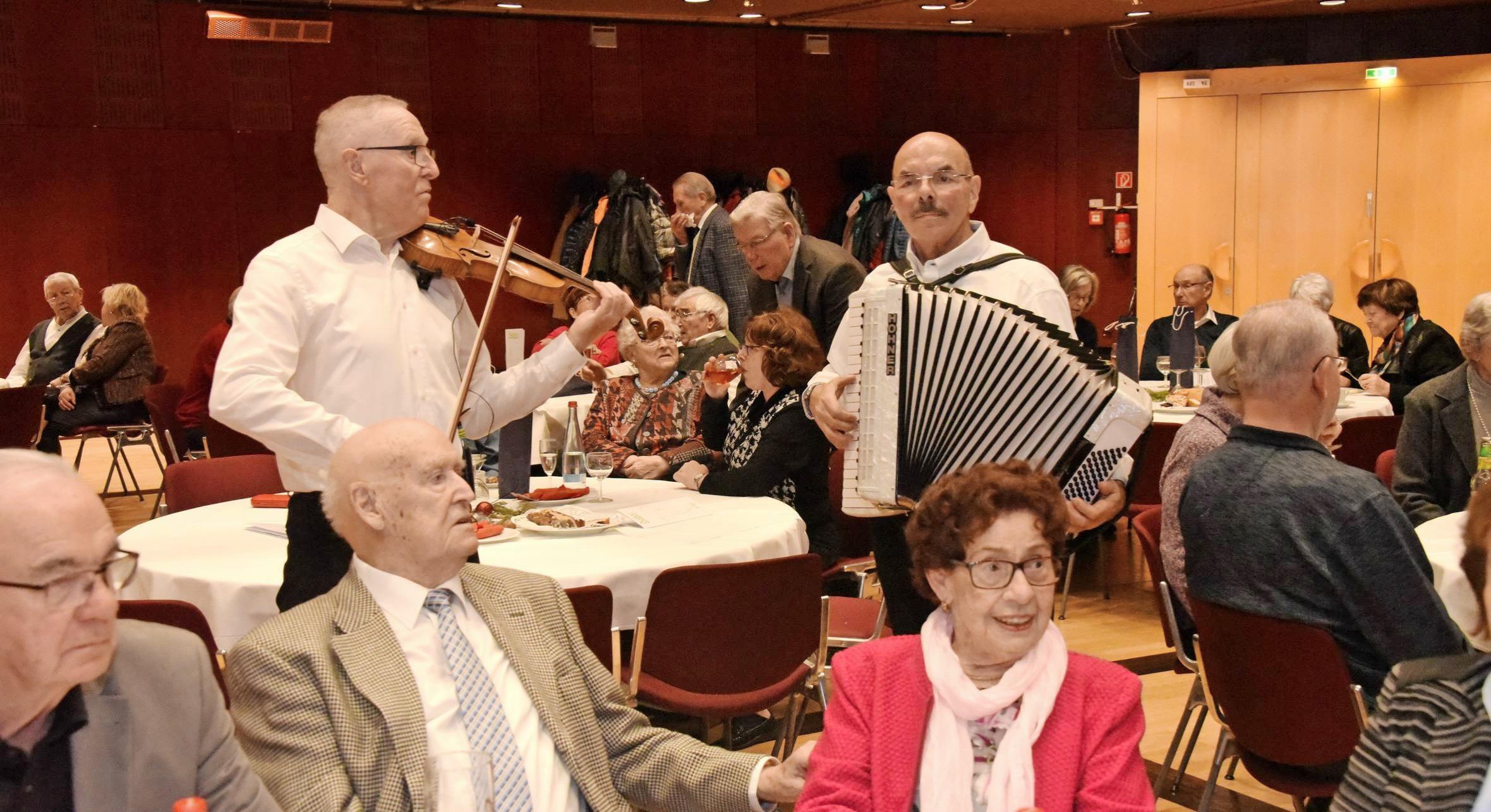 Als Duo Die Zwei sorgten Günther Hauser und Gerd Geyer mit Akkordeon und Violine für beste Unterhaltung. Fotos: Karl-Heinz Leitz