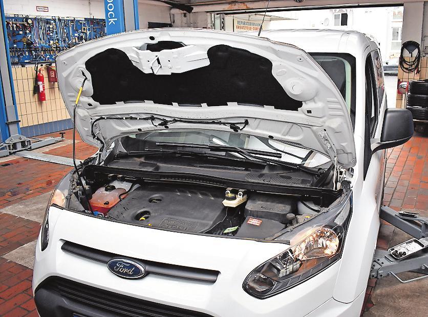Beim Wintercheck genügt nicht nur ein kurzer Blick unter die Motorhaube, vielmehr werden Lampen,Motor, Schläuche, Leitungen und Getriebe intensiv unter die Lupe genommen. FOTO: SCHENK