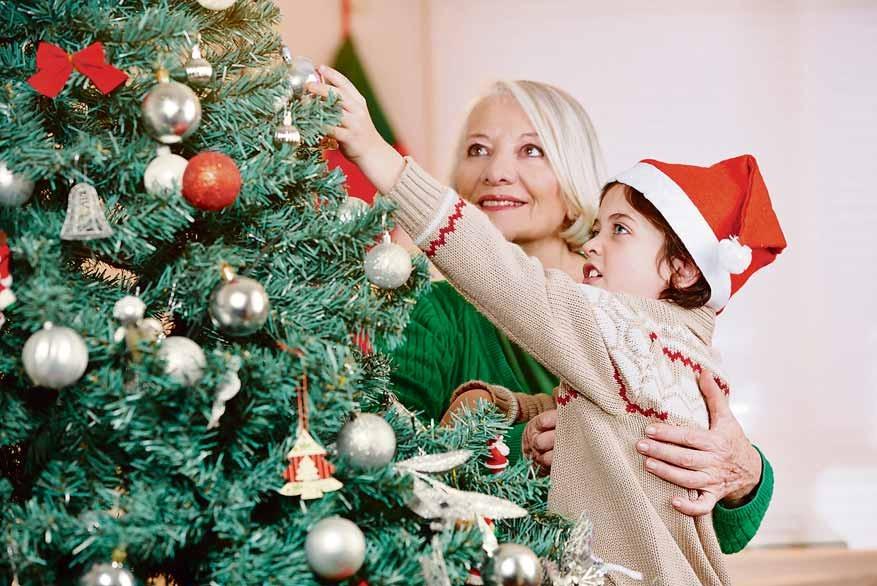 Kinder lassen beim Schmücken des Weihnachtsbaumes ihrer Fantasie freien Lauf. Foto: stock.adobe.com