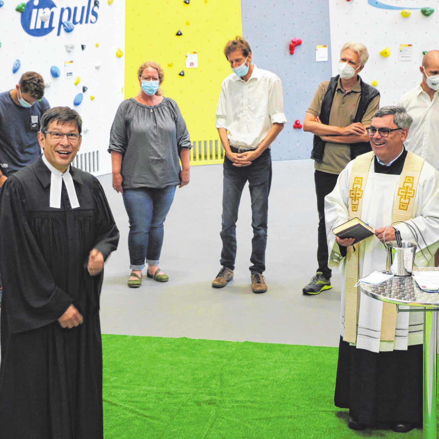 Die beiden Pfarrer, Peter Schmogro (l.) und Stefan Ruf, haben die Kletterhalle gesegnet.