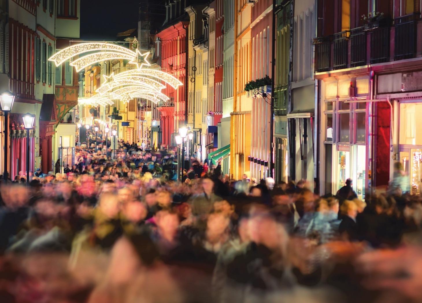 Gut geplant kann der Weihnachtseinkauf trotz voller Straßen Spaß machen. Foto: Adobe Stock/Smileus