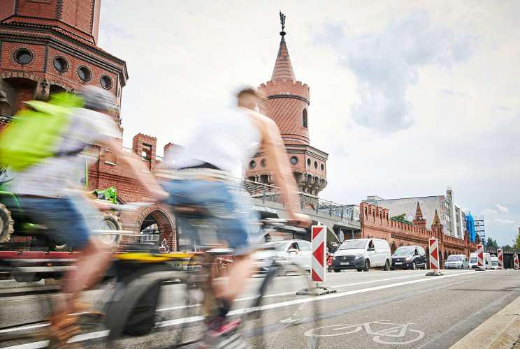 Auf der Oberbaumbrücke bekamen Radfahrer Ende Juli beidseitig einen Fahrstreifen von drei Metern. Hinzu kommt ein Sicherheitsstreifen. FOTO: ANNETTE RIEDL / DPA; GRAFIKEN: DEJANJ/ISTOCK