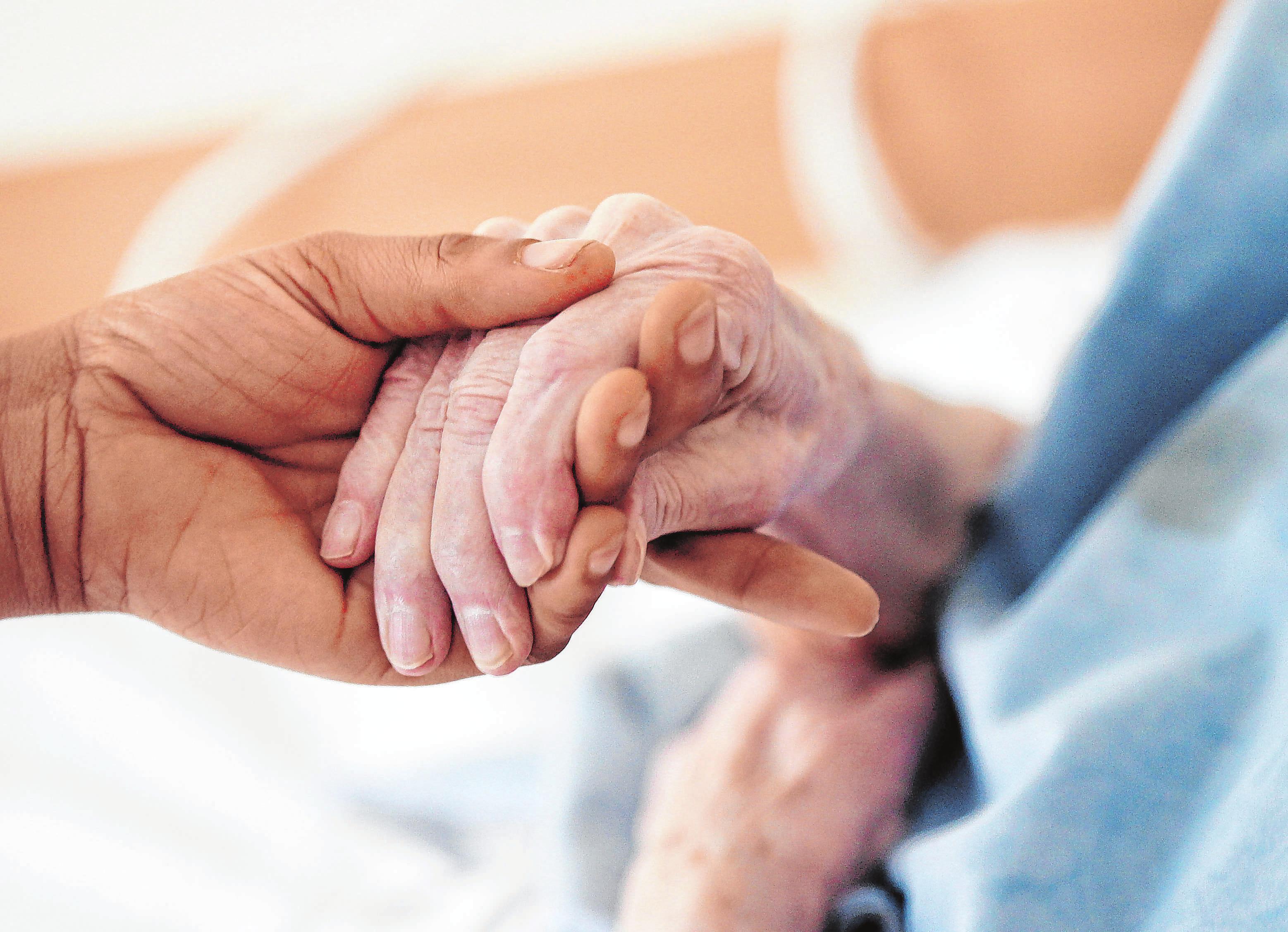 Gut versorgt? Viele Menschen machen sich wegen des Coronavirus sorgen um Angehörige, die in Pflegeheimen untergebracht sind. Foto: Oliver Berg/dpa/dpa-mag