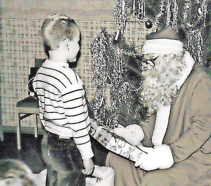 """Die hüpfende Oma im Schafsfell wurde irgendwann durch einen """"richtigen"""" Weihnachtsmann mit Vollbart ersetzt. FOTO: PRIVAT"""