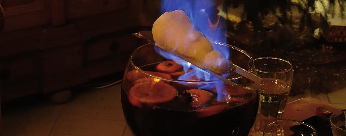 Die Feuerzangenbowle ist ein beliebtes Heißgetränk in der kalten Jahreszeit. Die spektakuläre Verbrennung des Zuckerhutes sorgt auch für optischen Genuss. Foto: Pixabay / prowitt