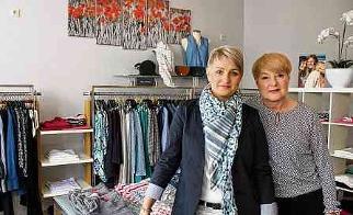 """Claudia Hedig (l.) bietet in ihrer Boutique """"Klatschmohn"""" am Marktplatz Mode angesagter Marken und stilvollen Designer-Schmuck für die trendbewusste Dame an."""