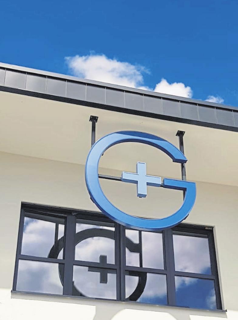 Ein großes G ziert die Front des Breitscheider Gesundheitszentrums. Foto: Torsten Germann