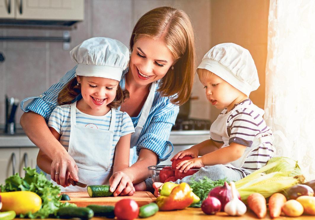 Wie wertvoll und lecker gesundes Essen ist, lernen die Kleinen am besten, wenn sie bei der Zubereitung helfen dürfen. FOTO: DJD/VERLAG PETER JENTSCHURA/SHUTTERSTOCK