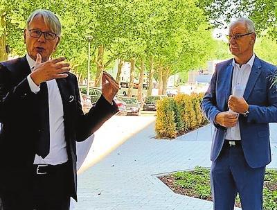 Oberbürgermeister Weichel (links) und Bauherr Wolfgang Schäfer. FOTO: HUNEKE/FREI