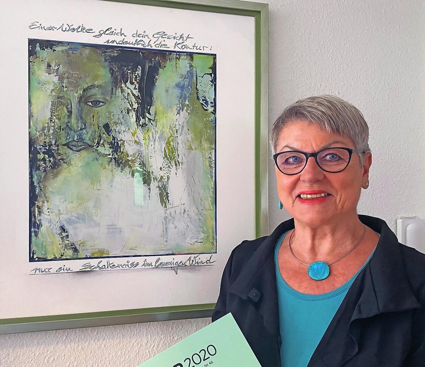 """Visuell interpretiert: Sonja Viola Senghaus steht vor einem Gemälde der Speyerer Künstlerin Gerdi König, das diese zum Gedicht """"Ohne Kontur"""" der Autorin gemalt hat. FOTO: NARIN UGRASANER"""