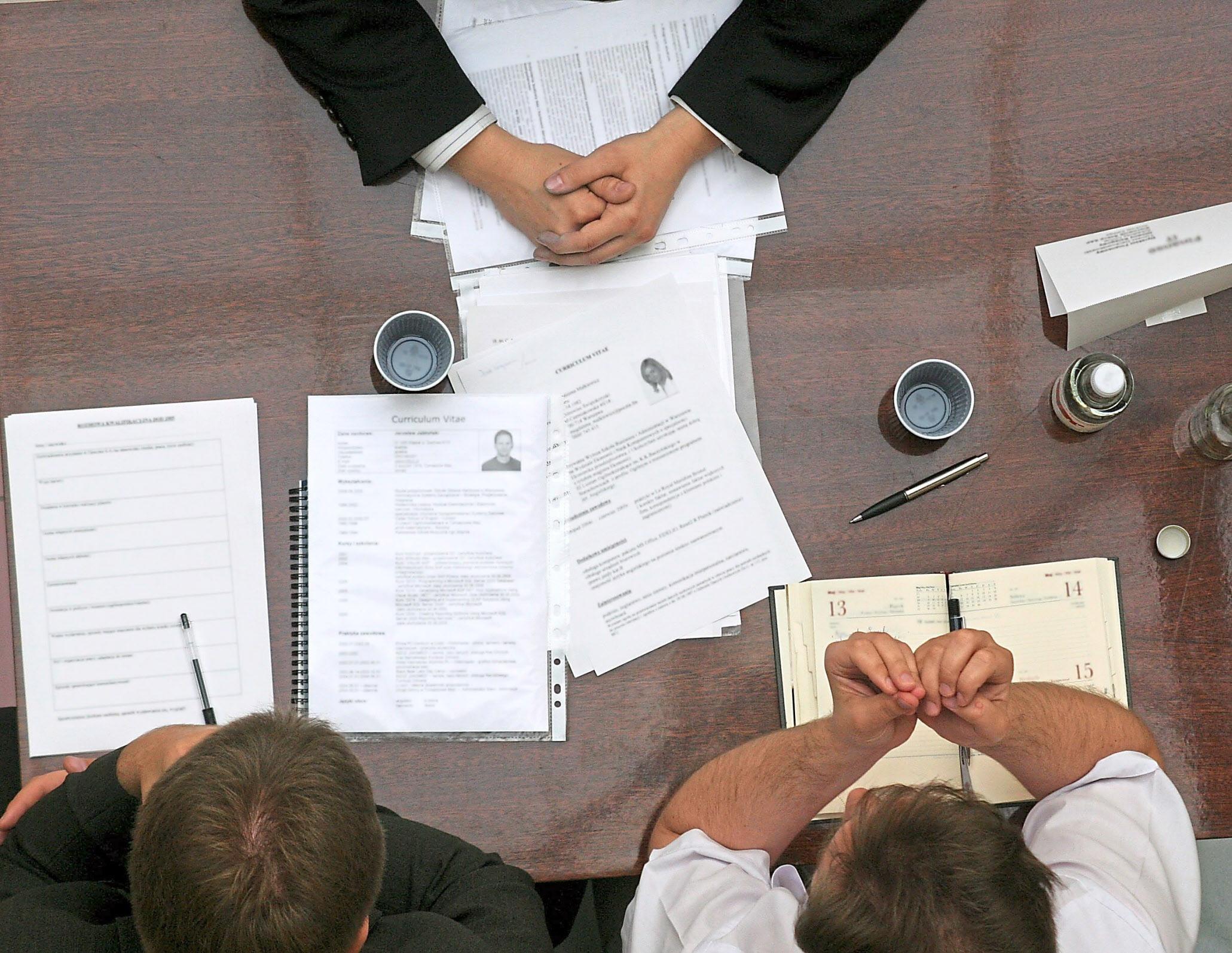 Wer sich bewirbt, sollte sich vorher gut über das Unternehmen informieren und den gewünschten Beruf informieren. Spätestens im persönlichen Gespräch trennt sich die Spreu vom Weizen. Foto: Getty Images