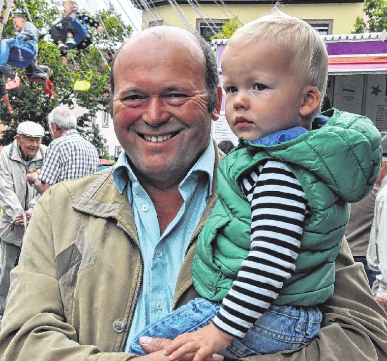 Bürgermeister Reinhold Giebfried mit Enkel beim Besuch der Kirchweih vor vier Jahren. FOTO: MARTIN SCHWEIGER
