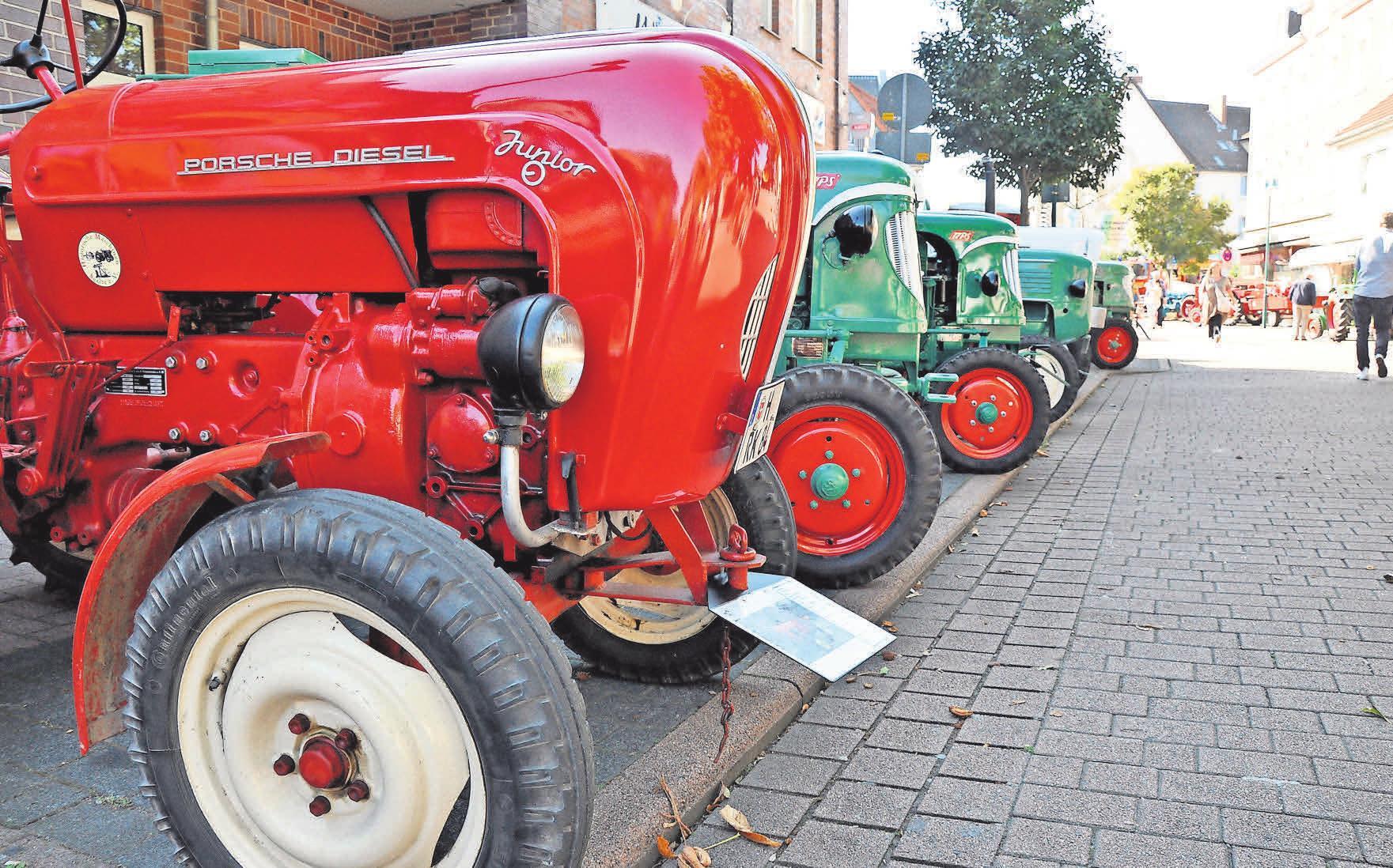Bestens in Schuss sind die historischen Trecker, die beim Obentrautmarkt gezeigt werden. Entlang der Bremer Straße präsentiert der Verein Historische Maschinen Seelze wieder eine Ausstellung mit Oldtimer-Treckern Foto: Thomas Tschörner