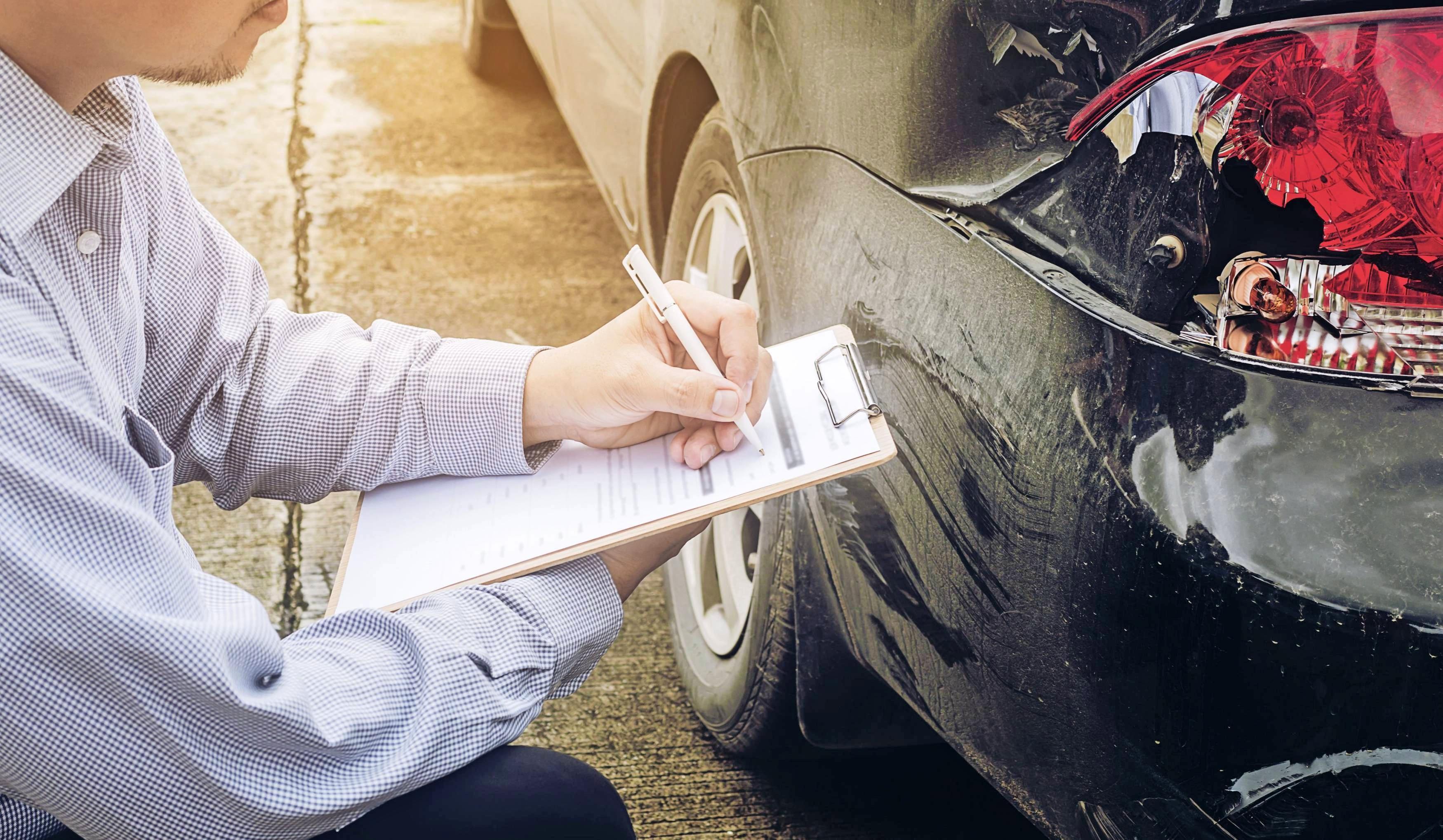 Von der gegnerischen Versicherung muss man sich keinen bestimmten Gutachter aufdrängen lassen.