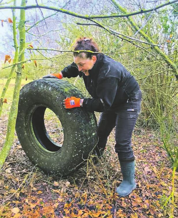 Sogar alteAutoreifen werden in Waldstücken gefunden und anschließend entsorgt. Bild: CleanUp Erftstadt