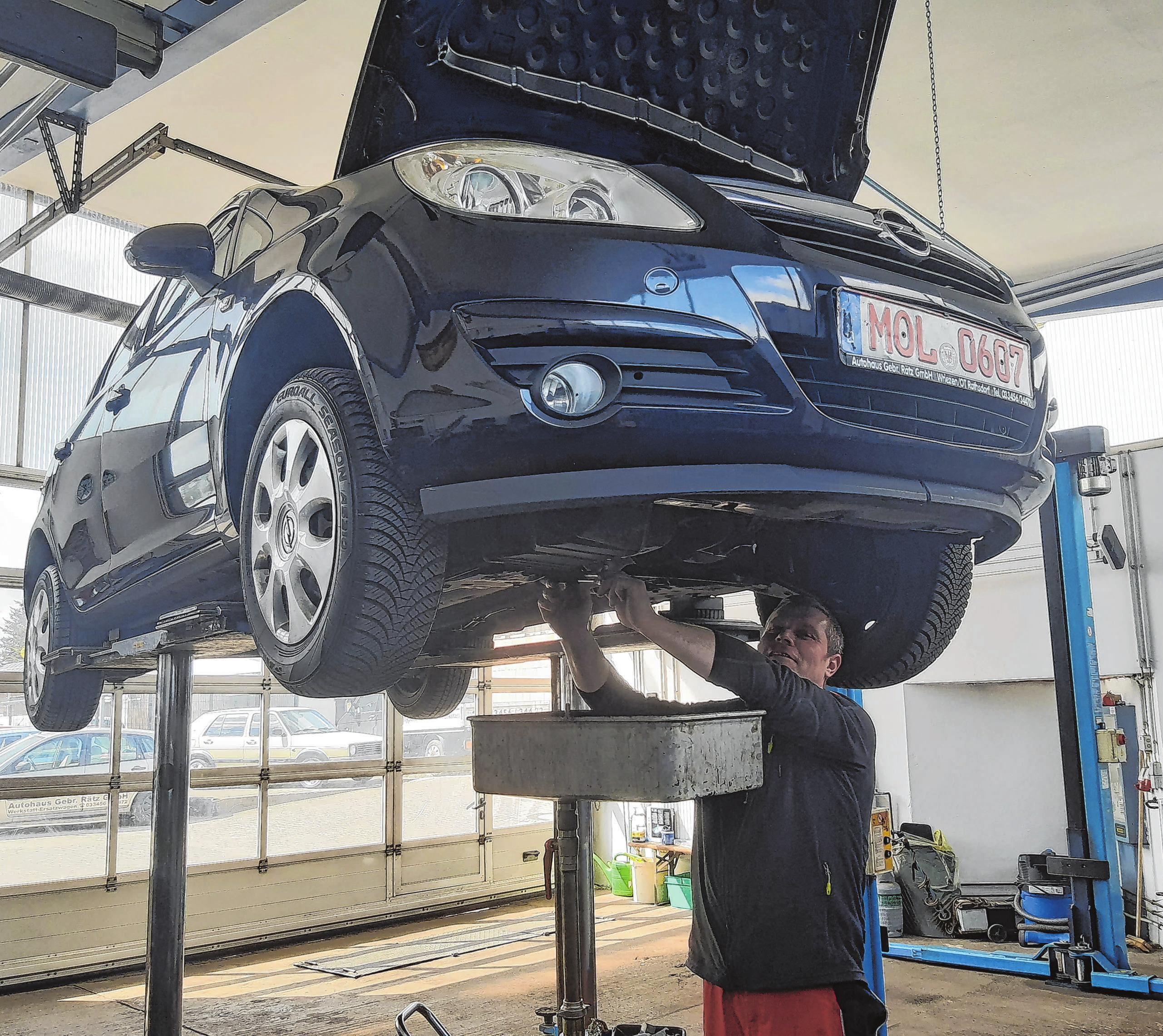 Ölwechsel am Fahrzeug gehört zu den Routinearbeiten in der Kfz-Werkstatt. Thomas Rätz kümmert sich darum.