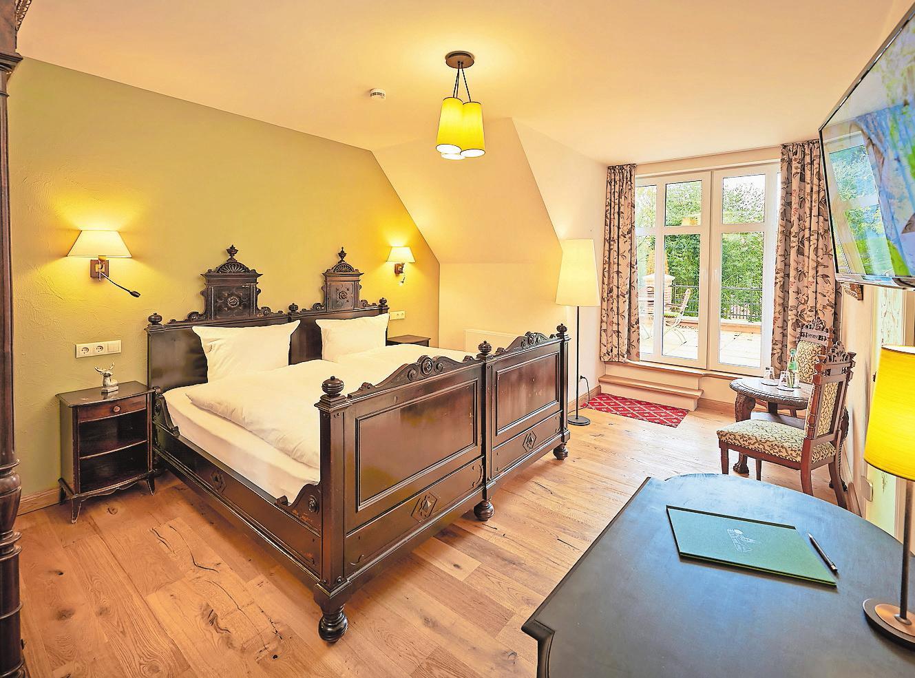Moderne Zimmer, historische Möbel: Das Bett des Kardinals von Galen hat Wöst bei einem Antiquitätenhändler erworben.