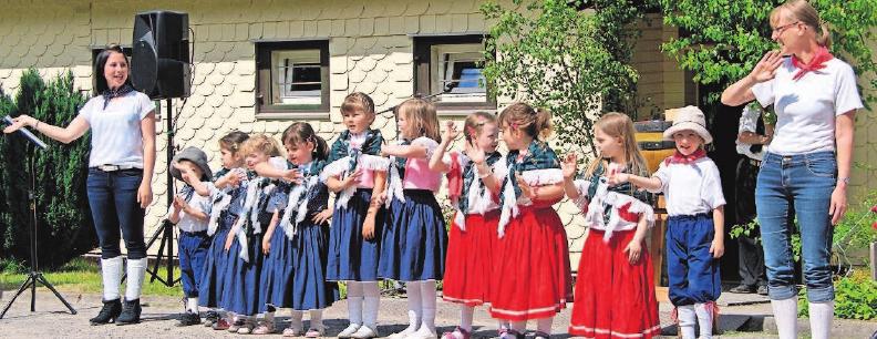 Programm der Jüngsten: Die Mädchen und Jungen vom Kindergarten am Apelsberg zeigen, was sie einstudiert haben. Fotos: Verein/Opel