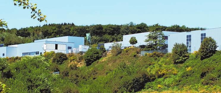 """Die anspruchsvolle Topographie der Region sorgt dafür, dass die meisten Industrie- und Gewerbegebiete terrassenförmig angelegt werden und von Grünstreifen durchzogen sind, hier ein Blick ins Industriegebiet """"Auf der Mark"""" zwischen Gerlingen und Hillmicke."""