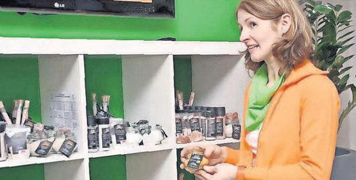 Stefanie Tillmann lobt Gutscheine für einen Besuch in der salzzeit aus.