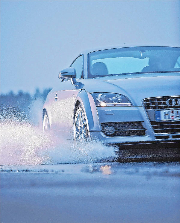 Wer häufiger auf winterlichen Straßen unterwegs ist, sollte auf Ganzjahresreifen zugunsten echter Winterreifen besser verzichten. Foto: djd/Continental Reifen
