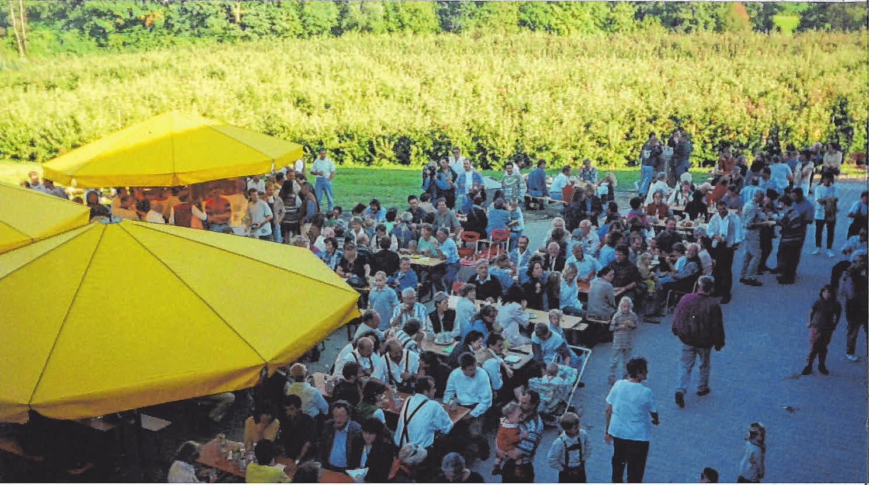 Vor 22 Jahren fand das erste Apfgelfest mit den Eschbauchbuam auf dem Obsthof Strodel in Weißensberg statt. In diesem Jahr wird einiges mehr geboten. FOTOS: STRODEL